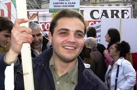 Vandali e tamarri a Volla vandalizzano la lapide in memoria di Agostino Navarro. C'è chi dice sia stato il vento. La targhetta è stata ritrovata