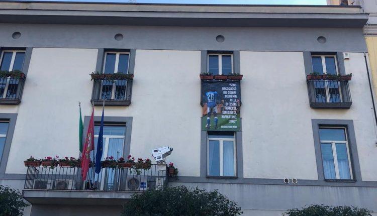 Pomigliano d'Arco, Koulibaly sulla facciata del municipio