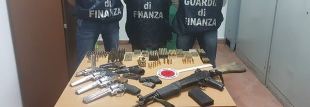 Napoli, nell'officina-arsenale un fucile d'assalto israeliano