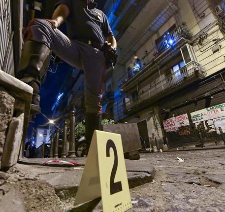 Raid a Napoli, sparati 9 colpi pistola in pieno centro vicino alla casa di una persona ritenuta esponente di un clan