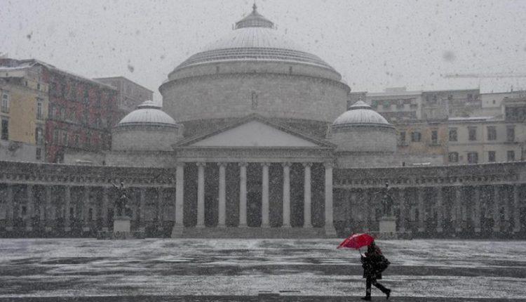 Fiocchi neve su scavi Pompei e a Napoli:selfie dei turisti tra le rovine del sito archeologico
