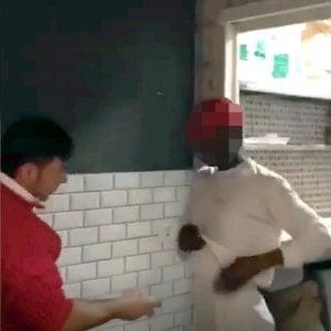 """Un dipendente di Rossopomodoro ha spruzzato deodorante sui suoi colleghi stranieri. Antonio si difende: """"Non sono razzista, stavamo giocando"""""""