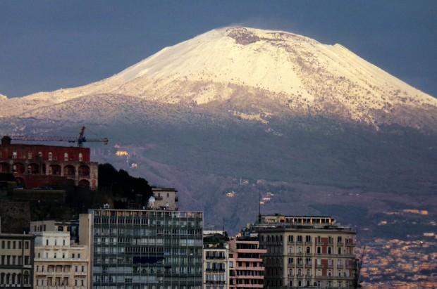 Napoli si risveglia col gelo: torna la neve sulla cima del Vesuvio