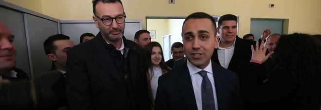 """Luigi Di Maio contestato nel suo vecchio liceo a Pomigliano: """"Il governo non è in discussione e la scorta a Sandro Ruotolo va riattivata"""""""