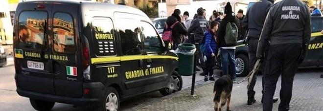 Cani antidroga davanti alle scuole di Pomigliano, la rabbia degli studenti