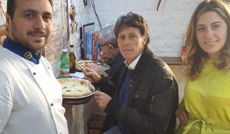 MAZZ E PANELL FANN E PIZZ BELL – Il sindaco di Portici torna nella pizzeria bacchettata sulla differenziata, che si è organizzata