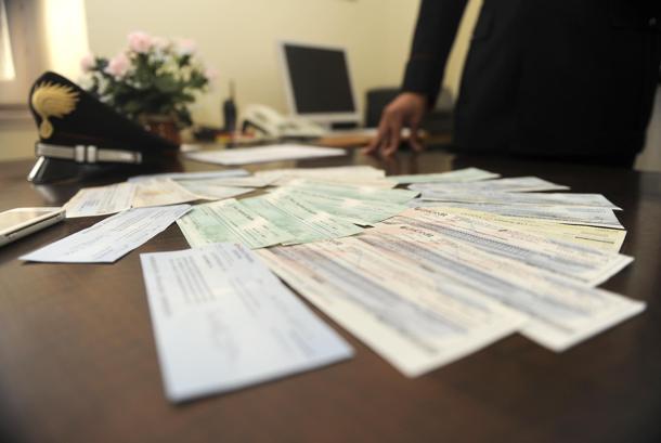 Rubavano e clonavano assegni spediti per posta: dieci arresti a Napoli
