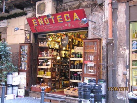 IL PRIMATO DEL VINO – Napoli la città con più enoteche in Italia