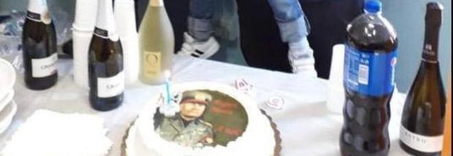 Una torta col volto di Mussolini, lite sul compleanno di Nonno