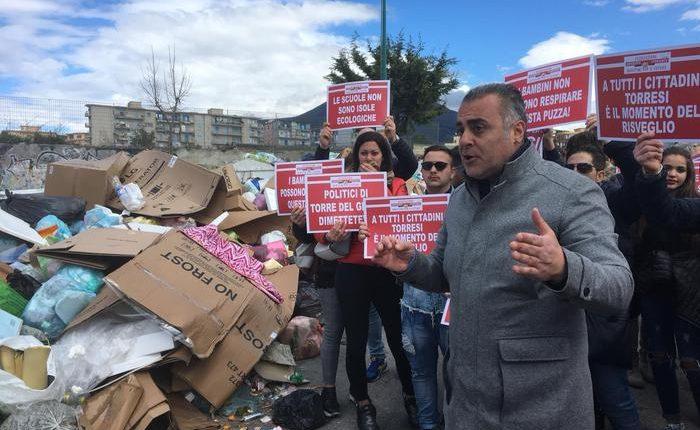 L'emergenza rifiuti: marcia di protesta a Torre del Greco. Ilservizio raccolta bloccato da settimane