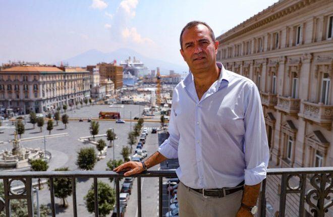 «Mai più plastica sul lungomare di Napoli», de Magistris firma l'ordinanza green in vigore dal primo maggio