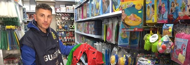 Napoli, sequestrati in due negozi cinesi 700mila articoli per il mare insicuri