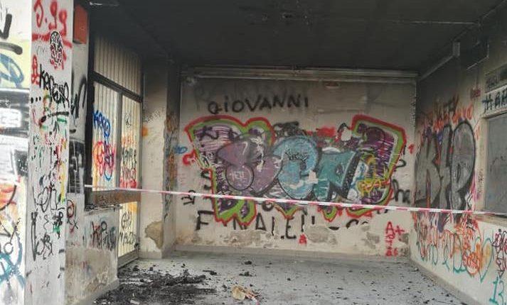 ODISSEA CIRCUMVESUVIANA – A San Giorgio a Cremano un uomo in mutande nel treno, a Pollena Trocchia stazione devastata dalle fiamme