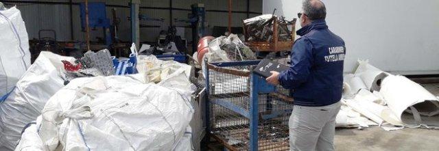 L'intervento del Noe dei Carabinieri: a Sant'ANastasia una ditta stoccava rifiuti in zone non autorizzate