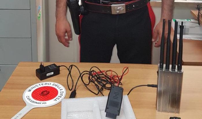 Jammer per clonare chiavi auto:apparecchiatura scoperta dai Carabinieri, accusati in due
