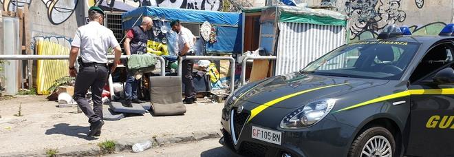 Napoli, la truffa dei prodotti hi-tech con false fatture: usavano clochard come prestanome, sequestrati 83 milioni di euro e qualche baracca
