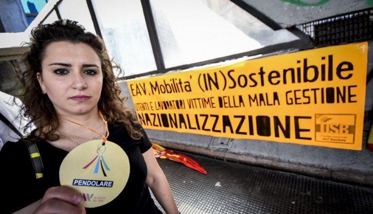 Napoli, la protesta dei pendolari della Circumvesuviana: «Chiediamo un servizio dignitoso» e il Ministro Toninelli bacchetta il Governatore De Luca