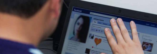 La truffa dei sexy profili social: «Paga o diremo cosa fai», arrestati quattro napoletani