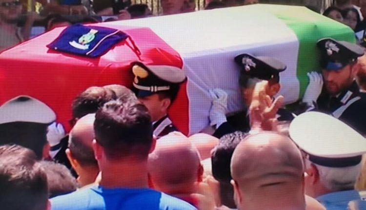 """Tutto il Vesuviano piange il carabiniere ucciso: Rosa Maria in lacrime sull'altare, il feretro avvolto nel tricolore con la maglia di Insigne. Il sindaco: """"Gli assassini marciscano in carcere"""""""
