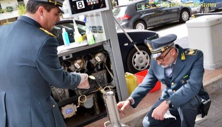 Napoli, la grande truffa della benzina low cost: 49 indagati, evasione da 766 mila euro