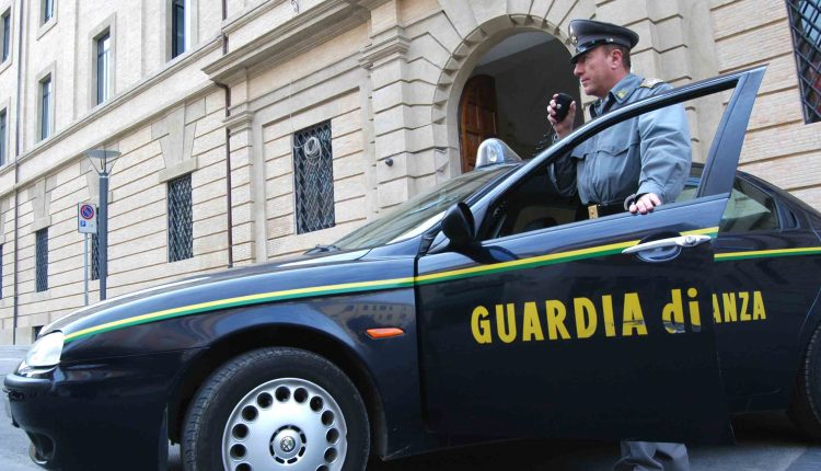 Emergenza Coronavirus, sequestrate a Napoli 116mila mascherine non conformi:fermati due cinesi dalla Guardia di Finanza