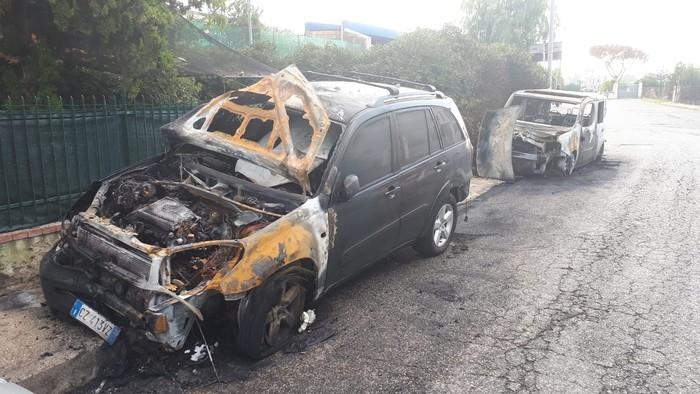 San Giorgio a Cremano, in fiamme due auto di un consigliere comunale. Pochi giorni fa fu incendiato scooter sindaco