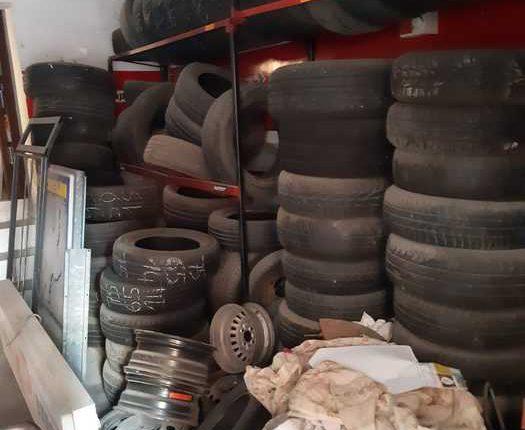 Discarica di 1000 mq in un sotterraneo a Casalnuovo: tra pneumatici, auto, materiale ferroso