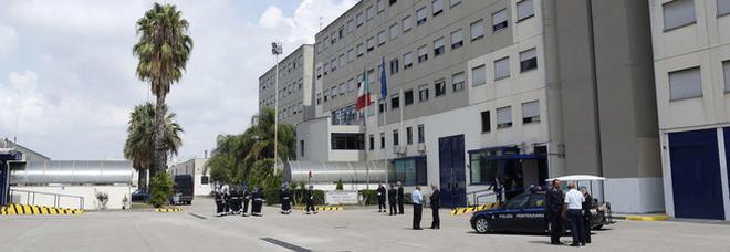 Droga e quattro microcellulari nelle scarpe per il boss detenuto, un arresto nel carcere di Secondigliano