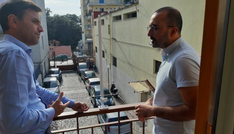Un ubriaco aggredisce padre Gabriele mentre fa catechismo, la condanna da parte del sindaco Bonajuto che va a trovare il parroco