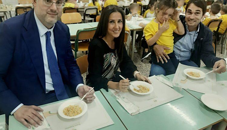 """Refezione scolastica a San Giorgio a Cremano, Sindaco e vicesindaco a pranzo con i bambini:""""Pasti e servizio eccellenti"""""""