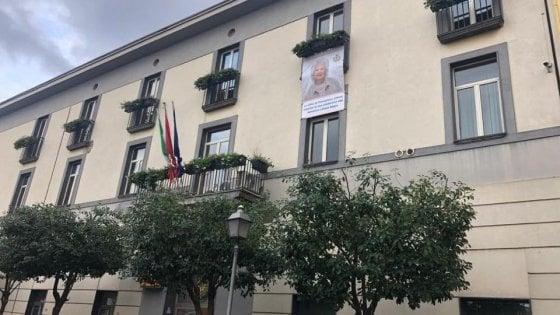 """A Pomigliano d'Arco, gigantografia della Segrevoluta dal sindaco di centrodestra Lello Russo: """"Con Razzismo e Antisemitismoa Pomigliano, noi non leghiamo"""""""