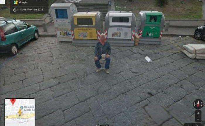 Street view su Napoli, c'è parcheggiatore: l'uomo, che gestisce sosta da una sedia, ripreso da Google