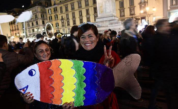 Sardine: da Napoli una grande pernacchia:in oltre in piazza Dante 'citano' Eduardo,'la città non si lega'
