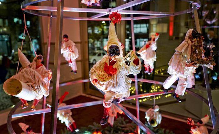Natale: facce di Pulcinella,ecco l'albero Uè: unalbergo di Napoli rinnova tradizione, installazione di Ferrigno