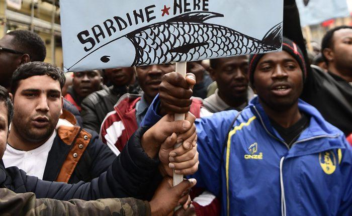 Debuttano a Napoli le 'sardine nere''Sì al permesso di soggiorno, no alla burocrazia della Questura'