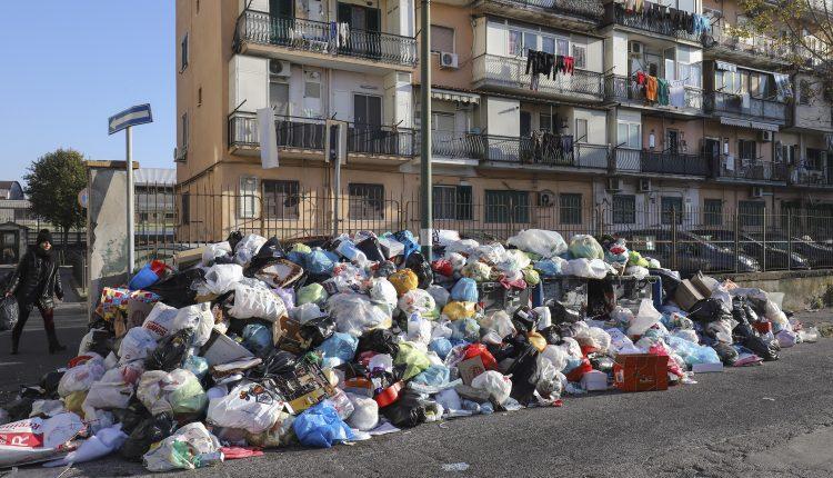 Napoli, da San Giovanni a via Toled, passando per Ponticelliè emergenza rifiuti:cumuli sempre più alti nelle strade, in periferia si arrampicano sui palazzi