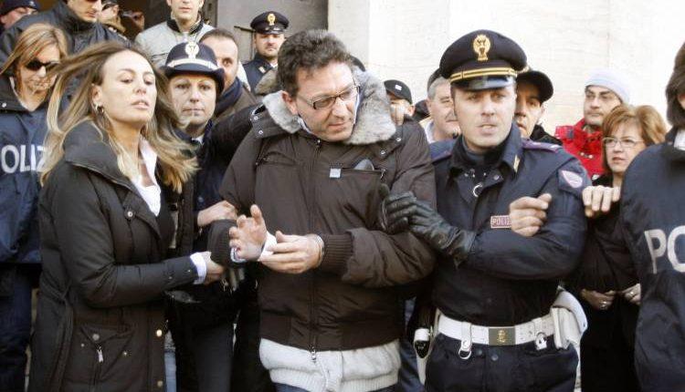 Minacce e soprusi ai familiari di un pentito: in manette 4 del clan Contini:operazione congiunta carabinieri-polizia coordinata dalla procura antimafia. Ricostruita anche un'estorsione
