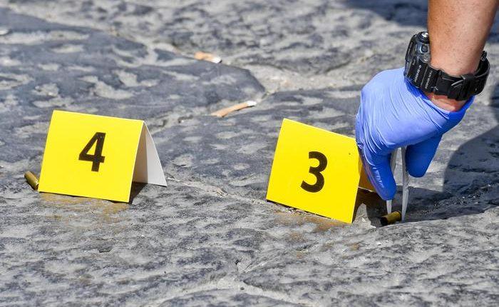 Stesa all' alba in centro antico Napoli:esplosi almeno 10 colpi con semiautomatica
