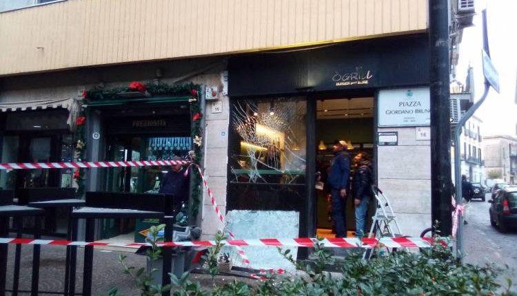 Guerra del pizzo, bomba carta a San Giorgio a CremanoL'ordigno è esploso nella notte davanti ad una paninoteca in via Pittore