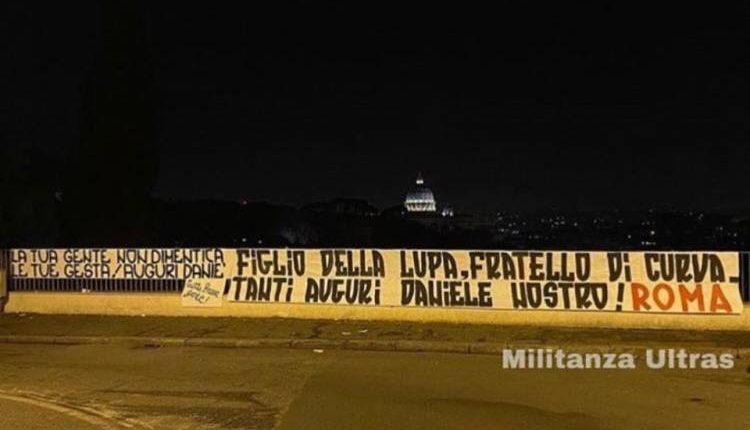 A Roma spunta striscione con dedica per De Santis, l'ultrà che uccise Ciro Esposito