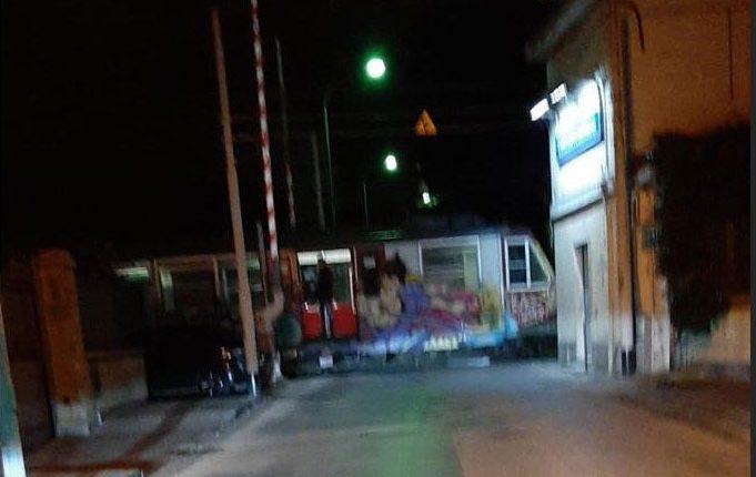 Treno fermo con le barriere alzate al passaggio a livello di Pollena Trocchia, un cittadino denuncia
