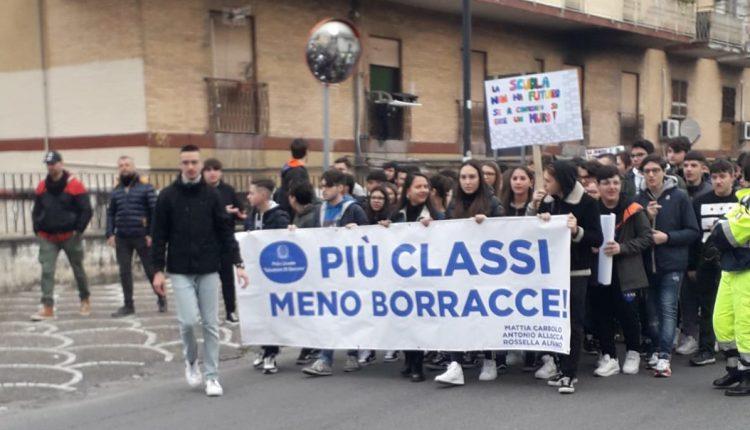 """La protesta degli studenti del Liceo Di Giacomo: """"Più classi e meno borracce"""" ma il sindaco Di Marzo diserta la manifestazione"""