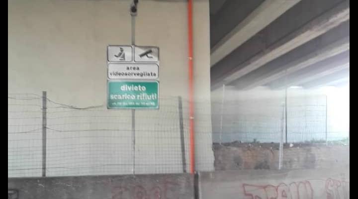 Deposito illegale di rifiuti con materiali infiammabili in Via Argine. Borrelli: 'Hanno anche manomesso le telecamere di sorveglianza'