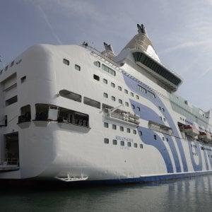 Coronavirus, nave in quarantena nel Porto di Napoli: allarme per un cittadino tunisino positivo. A bordo125 personetra equipaggio e operai