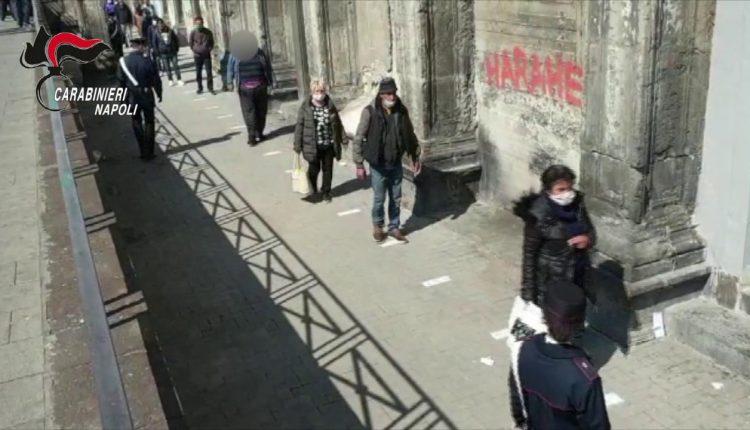 L'emergenza a Napoli, settecento alla mensa dei poveri: i carabinieri disciplinano la fila