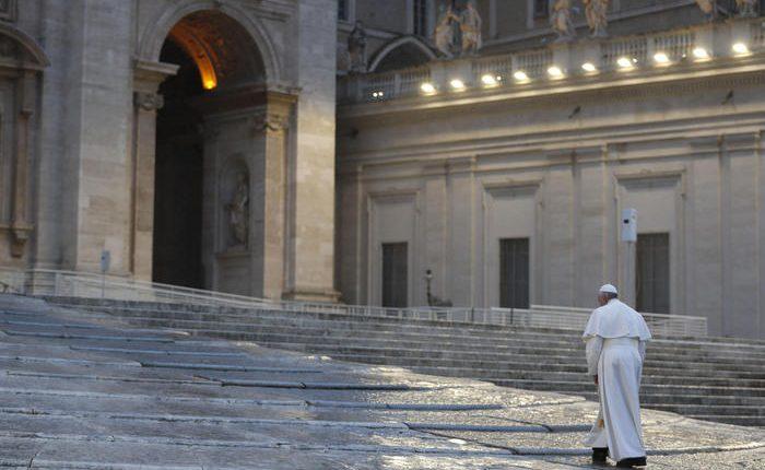 """Emergenza Coronavirus, il Papa da una San Pietro deserta: """"Già si sente la fame, conseguenza della pandemia"""""""