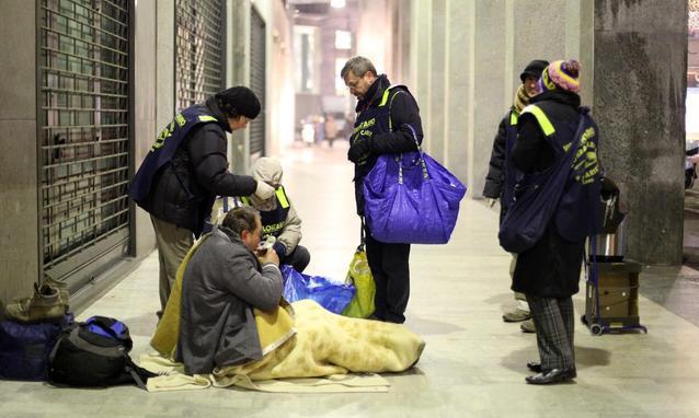EMERGENZA CORONAVIRUS – Homeless Napoli senza cibo e multati in strada: ibar e le rosticcerie davano loro da mangiare, ora è tutto chiuso