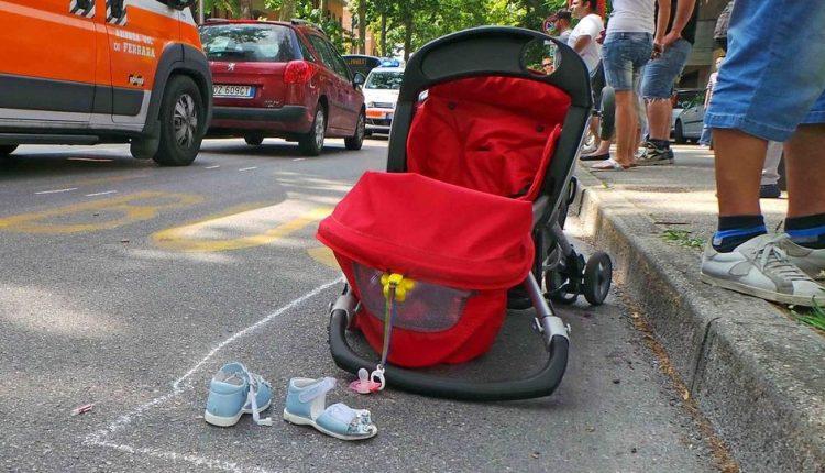 Napoli, bimbo di un anno abbandonato nel passeggino: è in buone condizioni