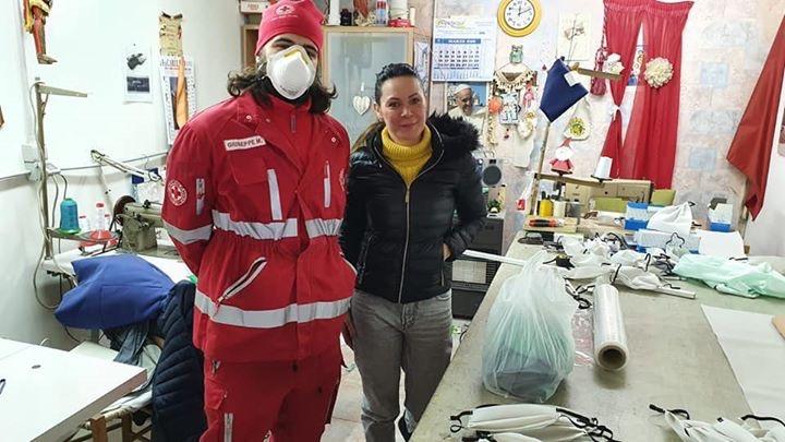 EMERGENZA CORONAVIRUS – Anna e Salvatore Di Sarno cuciono le mascherine per i volontari: anche loro angeli contro l'emergenza