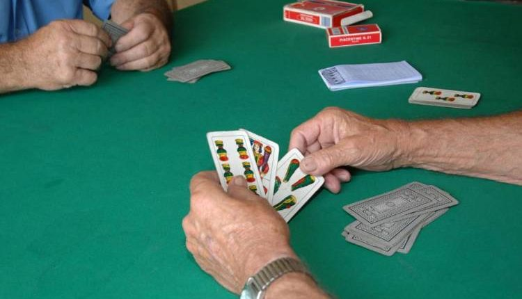 Giocavano a carte in un circolo, 5 anziani denunciati a Volla